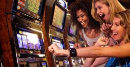 Hommes contre femmes : Qui passe plus de temps aux jeux de casino enligne ?